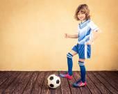 Gyermek úgy tesz, mintha egy futballista
