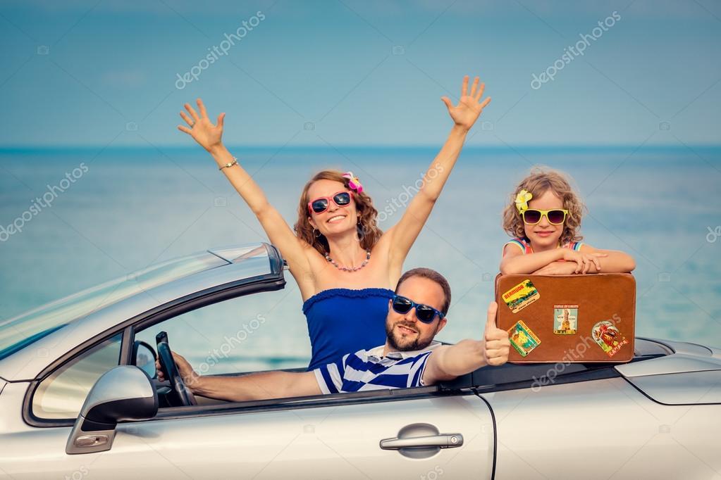 Vector Feliz Viaje Familia: Feliz Viaje Familiar En Coche