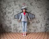 Dítě s hračkou virtuální realita headset