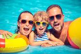 Fényképek Boldog családi medence játék
