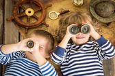 Šťastné děti hrát s námořní věci