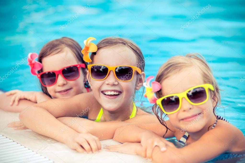 Ni os felices en la piscina fotos de stock yaruta for Fotos follando en la piscina
