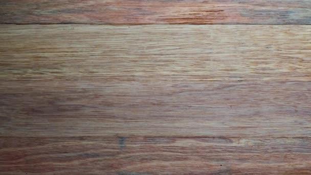 Stůl z horního dřeva (B Roll) Detailní záběr kamery Textura stolu z horního pohledu.