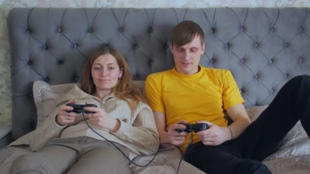Nő és férfi Joysticksszal