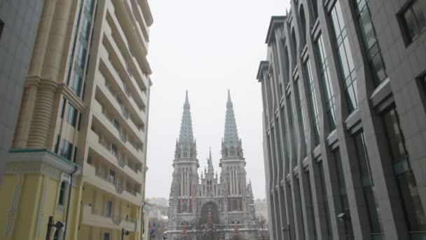 Katolický kostel a moderní budova Exteriér