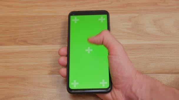 Mann scrollt Smartphone-Bildschirm