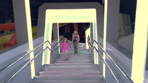 Šťastná dívka běží po schodech dolů