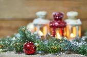 lucerny, ozdoby a jedle na sněhu
