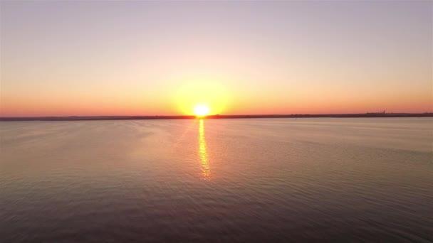 Szép légi felvétel a színes naplementét a tenger felett