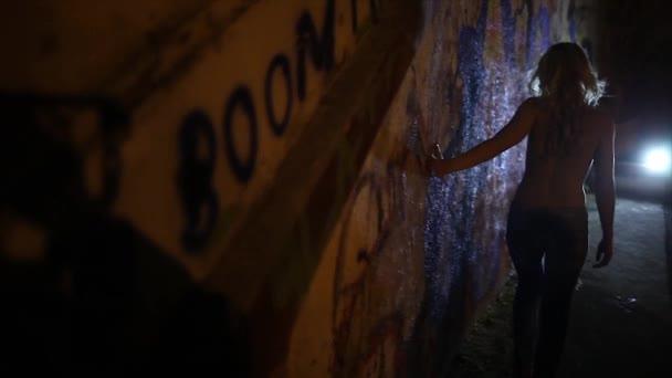 Lány és a graffiti fal