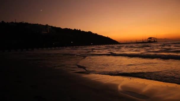 kis hullámok feltörése a parton