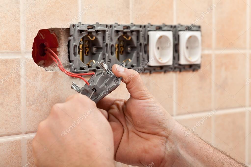Elektriker Hände Installation von Leitungen in die elektrische Wand ...