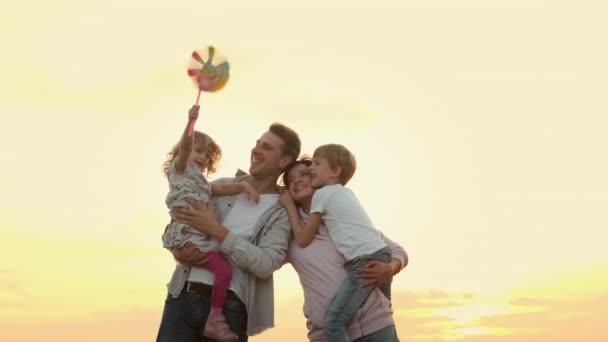Rodinná dovolená v přírodě. Mladá rodina se baví.