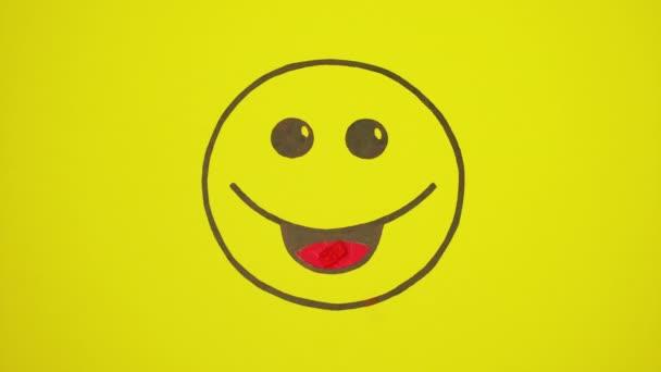 Smiley na žlutém pozadí jíst sladkosti.