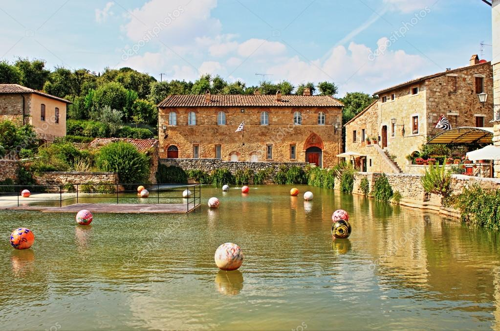 Old thermal baths in the medieval village of Bagno Vignoni — Stock ...