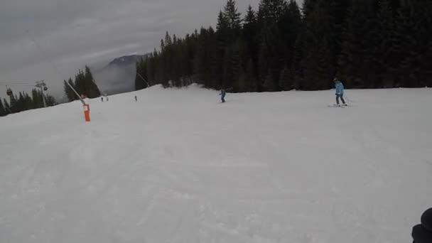 Skifahren. Skigebiet. Winterurlaub, Wochenendurlaub, schneebedeckte Berge im Nebel. subjektive dynamische Kamera. Menschen bis zur Unkenntlichkeit. Slowakei Jasna. FullHD-Aufnahmen.