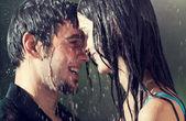 Pár objímání a líbání v dešti, venkovní