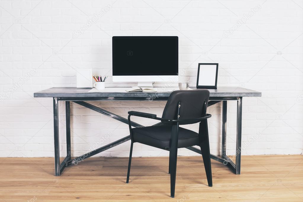 Chaise noire au bureau u photographie peshkova