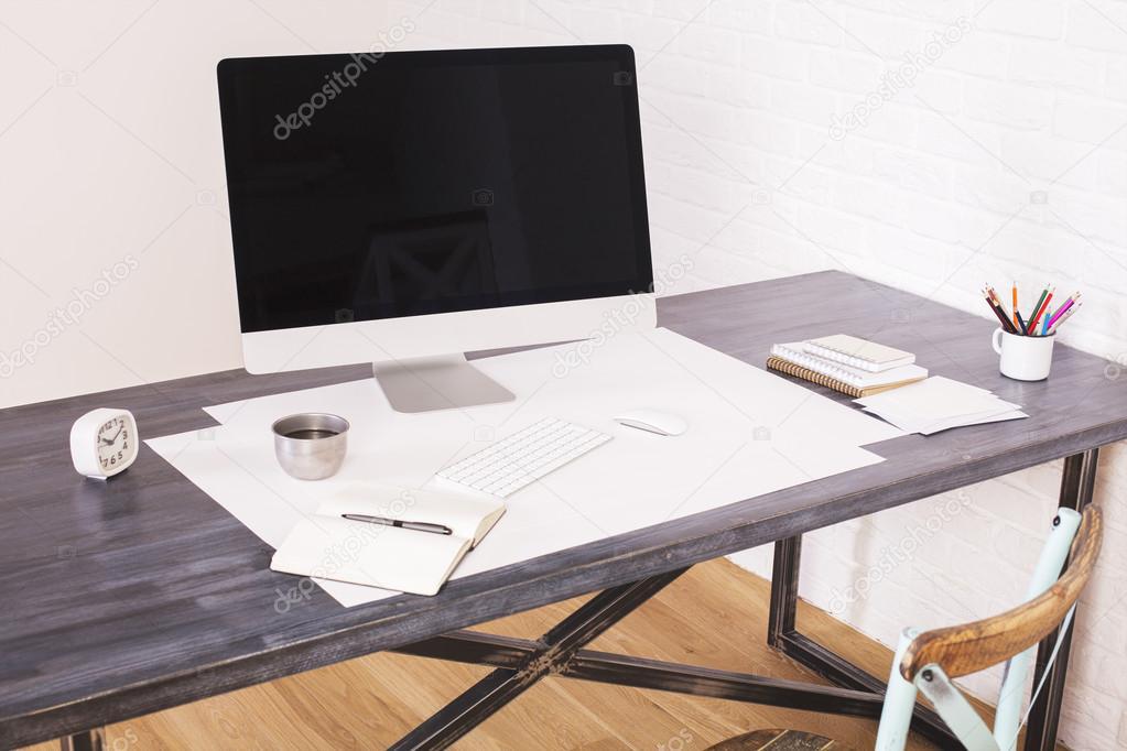 Bureau en bois avec ordinateur u2014 photographie peshkova © #108182148