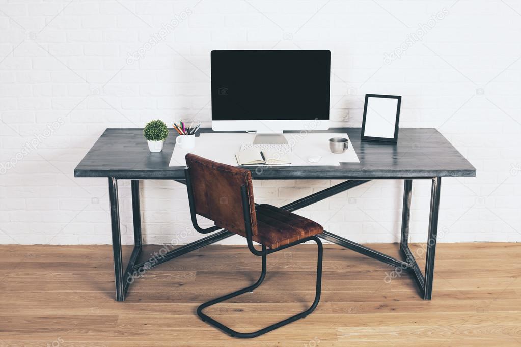 Design bureau met stoel bruin u stockfoto peshkova