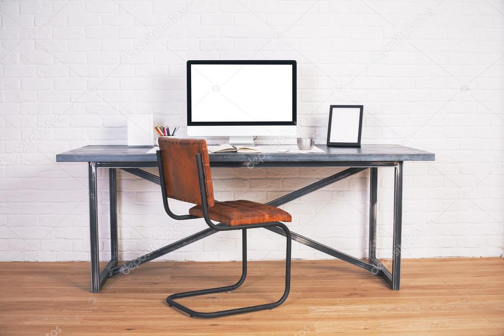 Escritorio con monitor y marcos — Foto de stock © peshkova #108279510