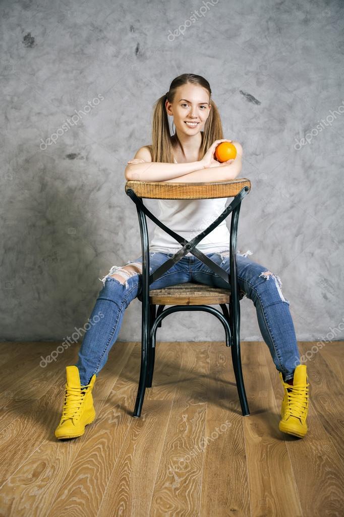 девушка в джинсах привязана к стулу фото виртуальный порно
