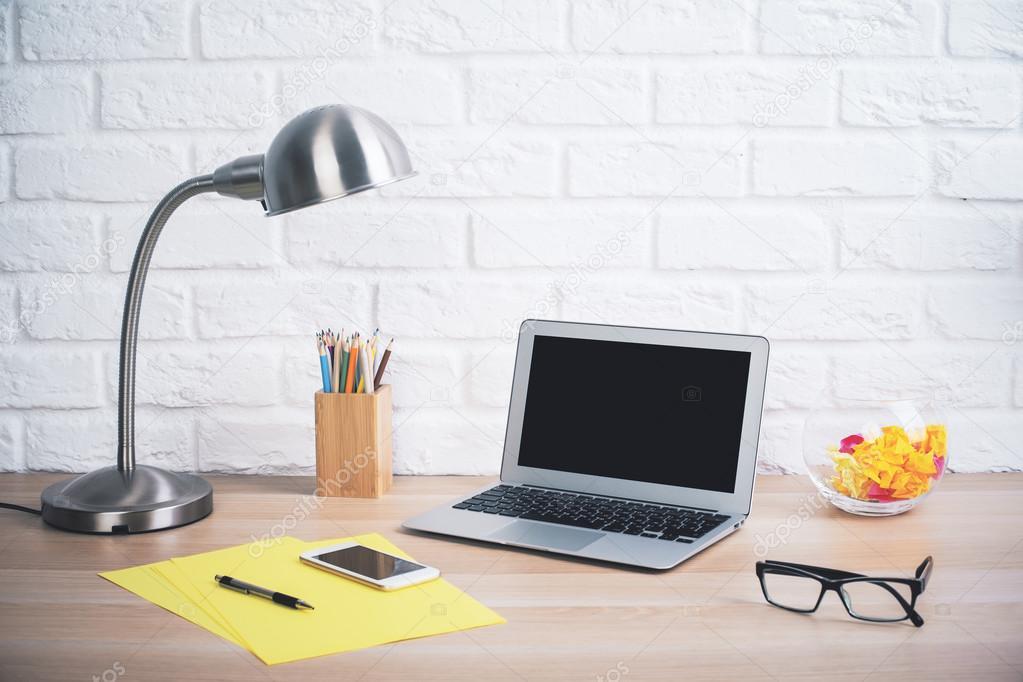 Oggetti Da Ufficio : Desktop da ufficio creativo u foto stock peshkova