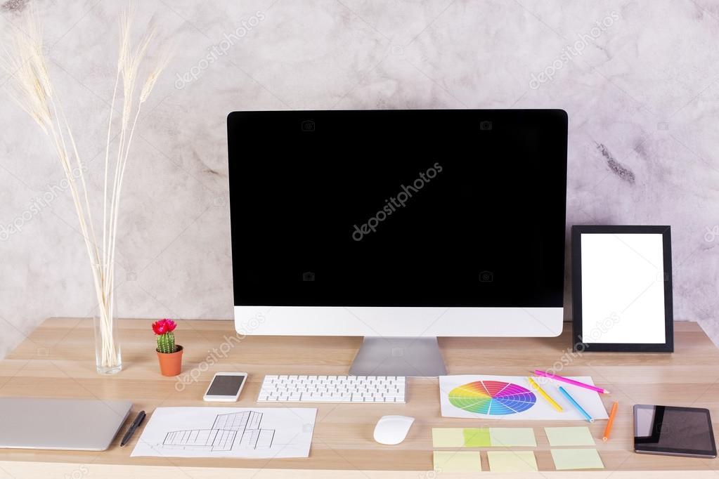 Escritorio diseño creativo con marco blanco, teclado, monitor de la ...