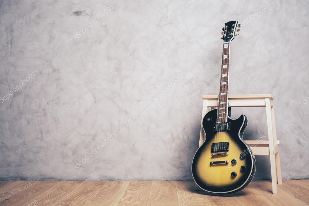 Chitarra elettrica e sgabello u foto stock peshkova