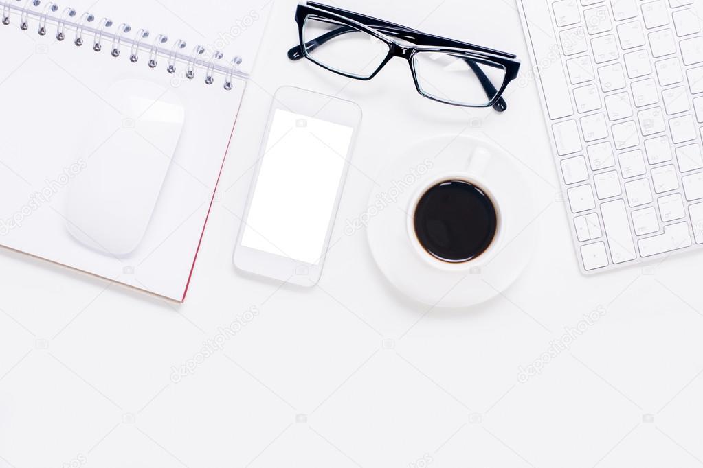 a79b5df81ed426 Bovenaanzicht van het office-bureaublad met lege witte mobiele telefoon met  bril