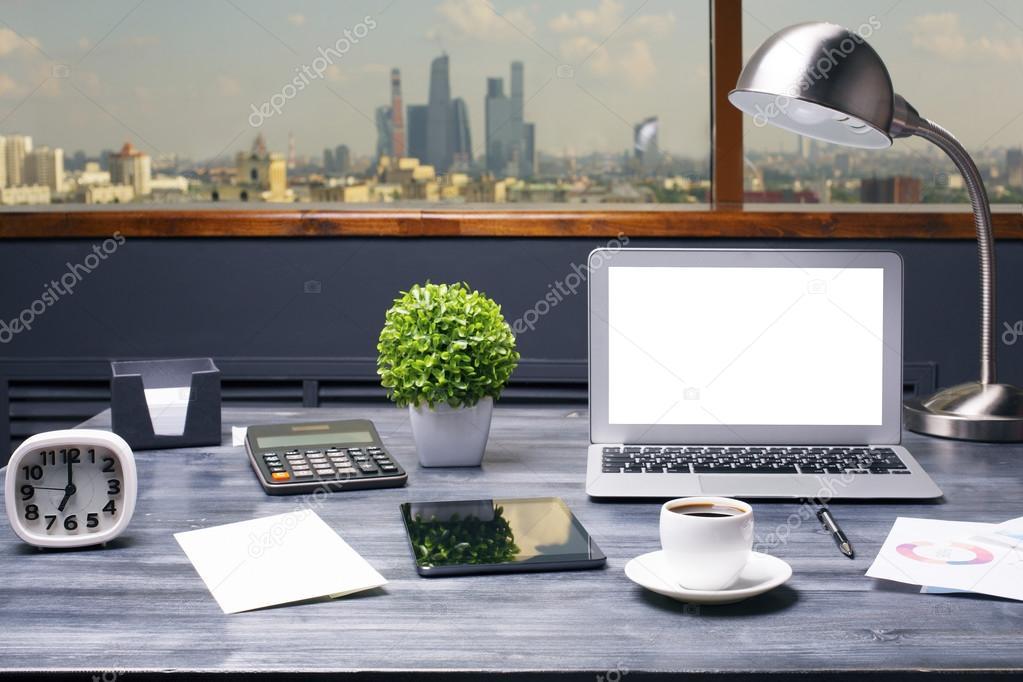 Lampade Da Tavolo Lavoro : Lavoro creativo hipster con computer portatile bianco vuoto