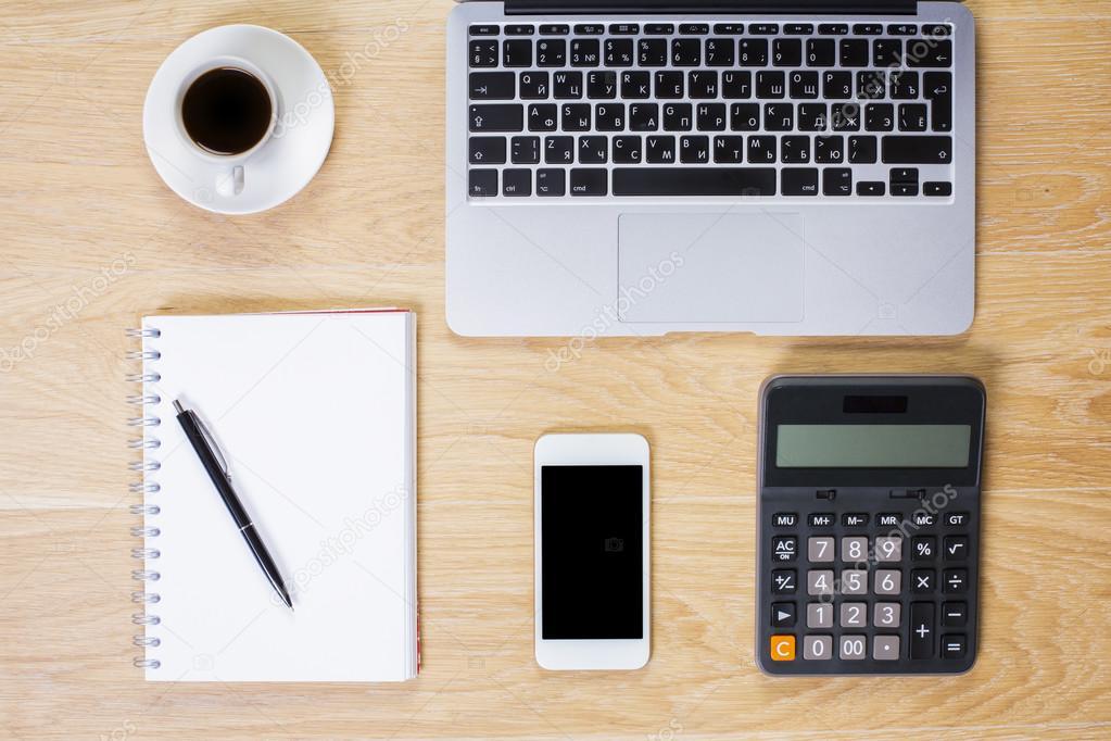 Oggetti Da Ufficio : Tavolo da ufficio con oggetti u foto stock peshkova