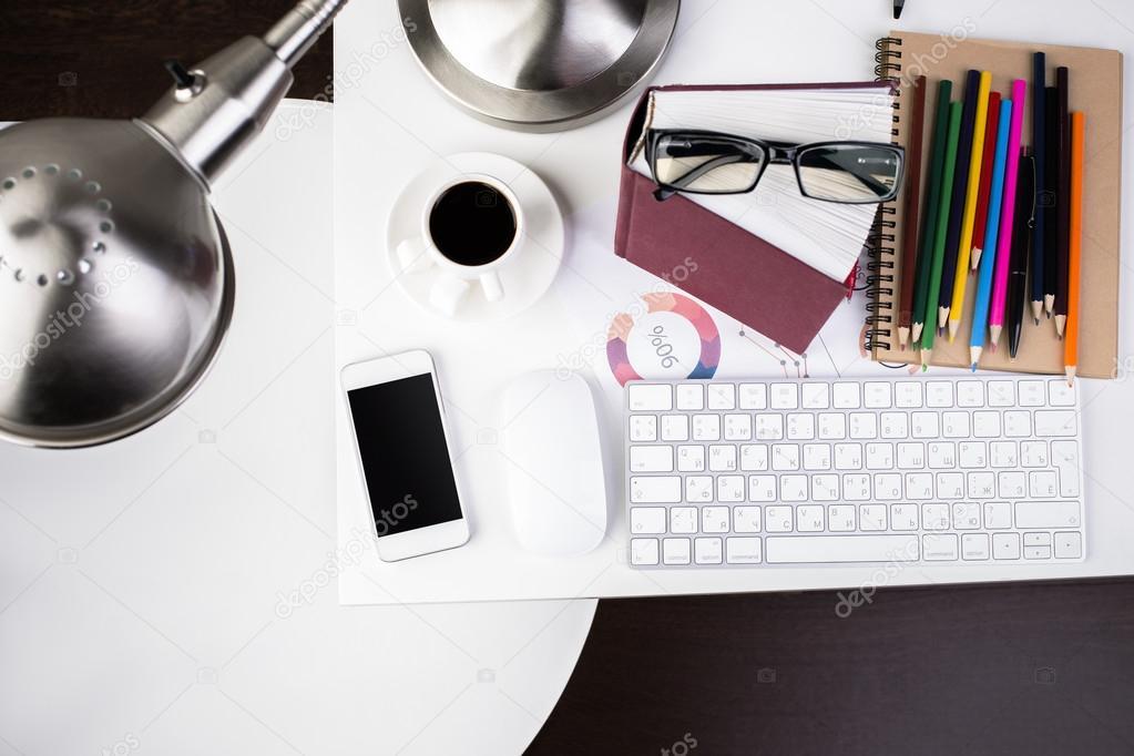 Oggetti Da Ufficio : Scrivania da ufficio con vari oggetti u foto stock peshkova