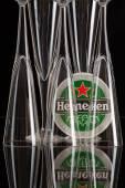 Pivní tácek z Heineken pivo a tři sklenice.