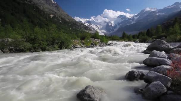 Švýcarská horská krajina stezky Morteratsche ledovcové údolí v pohoří Bernina