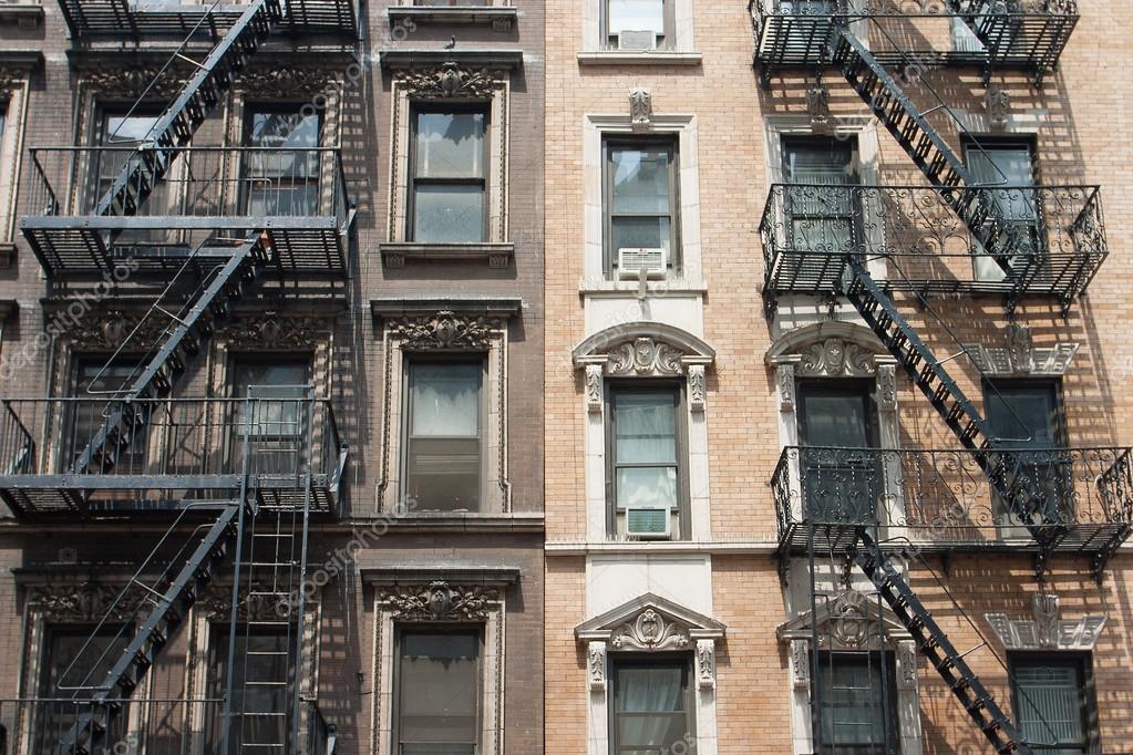 le vecchie case tipiche con scala antincendio a new york foto stock capturelight 93894492. Black Bedroom Furniture Sets. Home Design Ideas