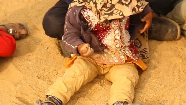 dítě hrající v písku