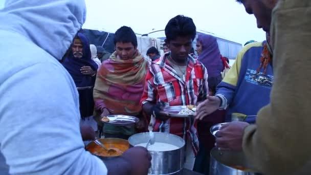 Chudí lidé jíst jídlo v poušti
