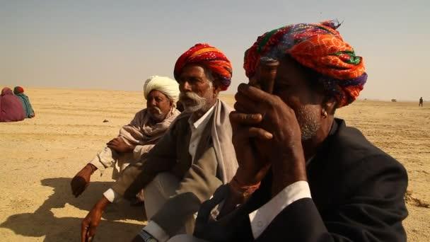 Dorf arme Menschen rauchen in der Wüste