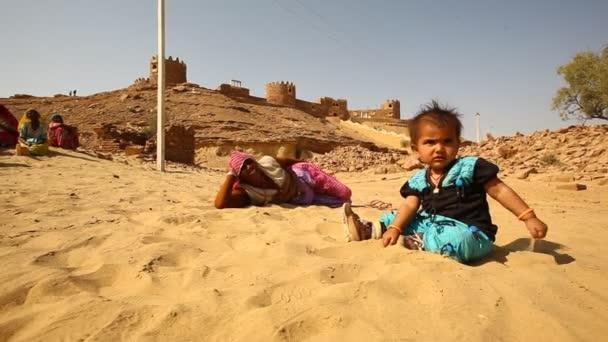 Matka a dítě v poušti Rajasthan Indie