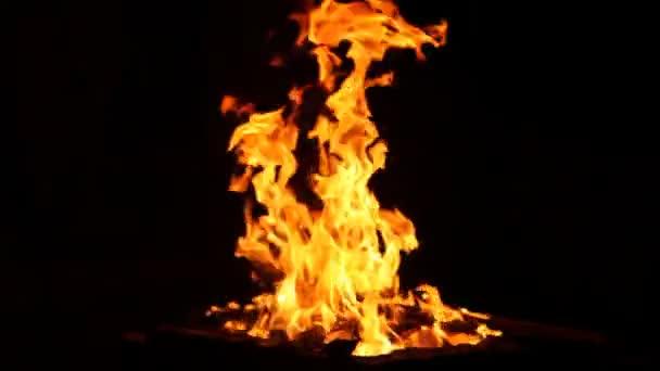 požární plamen izolované na černém pozadí