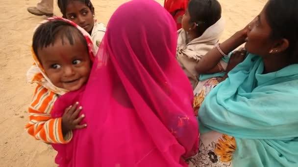 Mutter und Kind in der Wüste Rajasthan Indien