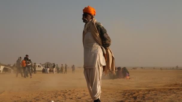 alter mann in der wüste rajasthan indien