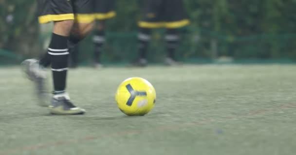 Football játékosok lábai a földön