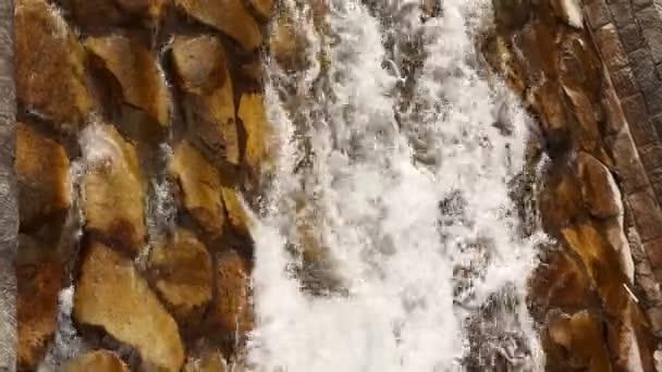 acqua cade nella luce del giorno