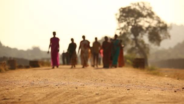 Lidé silueta na silnici vesnice
