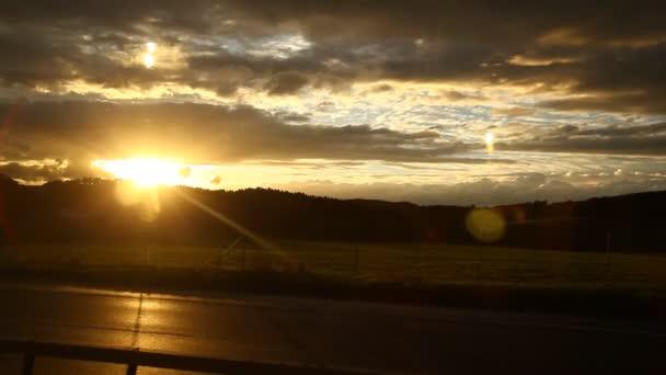 Sonnenuntergang am Wasserhintergrund