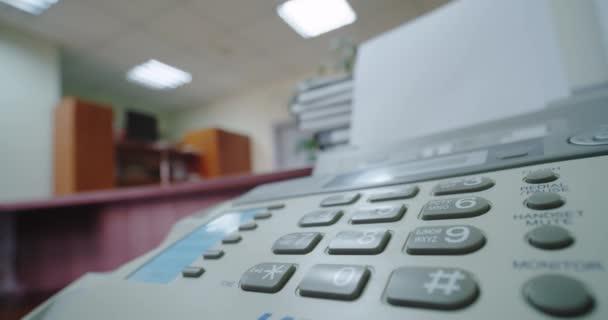 Aus nächster Nähe. Hand einer Frau mit Fax, drückt die Taste und nimmt das Telefon in die Hand, Weitschuss