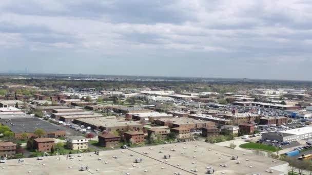 Drohnenaufnahme eines amerikanischen Vororts im Sommer. Aufnahme der amerikanischen Nachbarschaft. Immobilien, Blick von oben auf Wohnhäuser. Drohnenschuss von oben