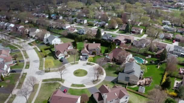 Luftaufnahme eines amerikanischen Vororts im Sommer. Aufnahme der amerikanischen Nachbarschaft. Immobilien, Blick auf Wohnhäuser. Drohnenschuss von oben